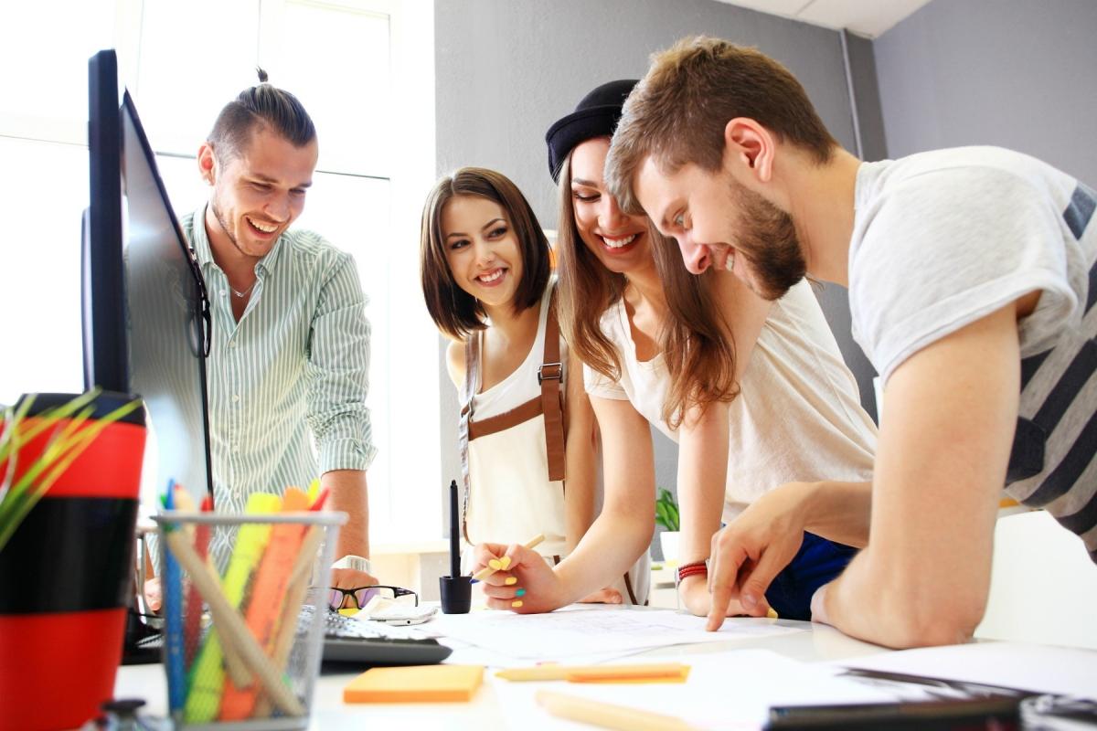 Das Bild zeigt junge Menschen bei der Arbeit