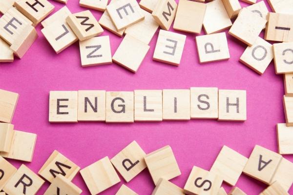 Buchstaben aus Holz, die das Wort English ergeben