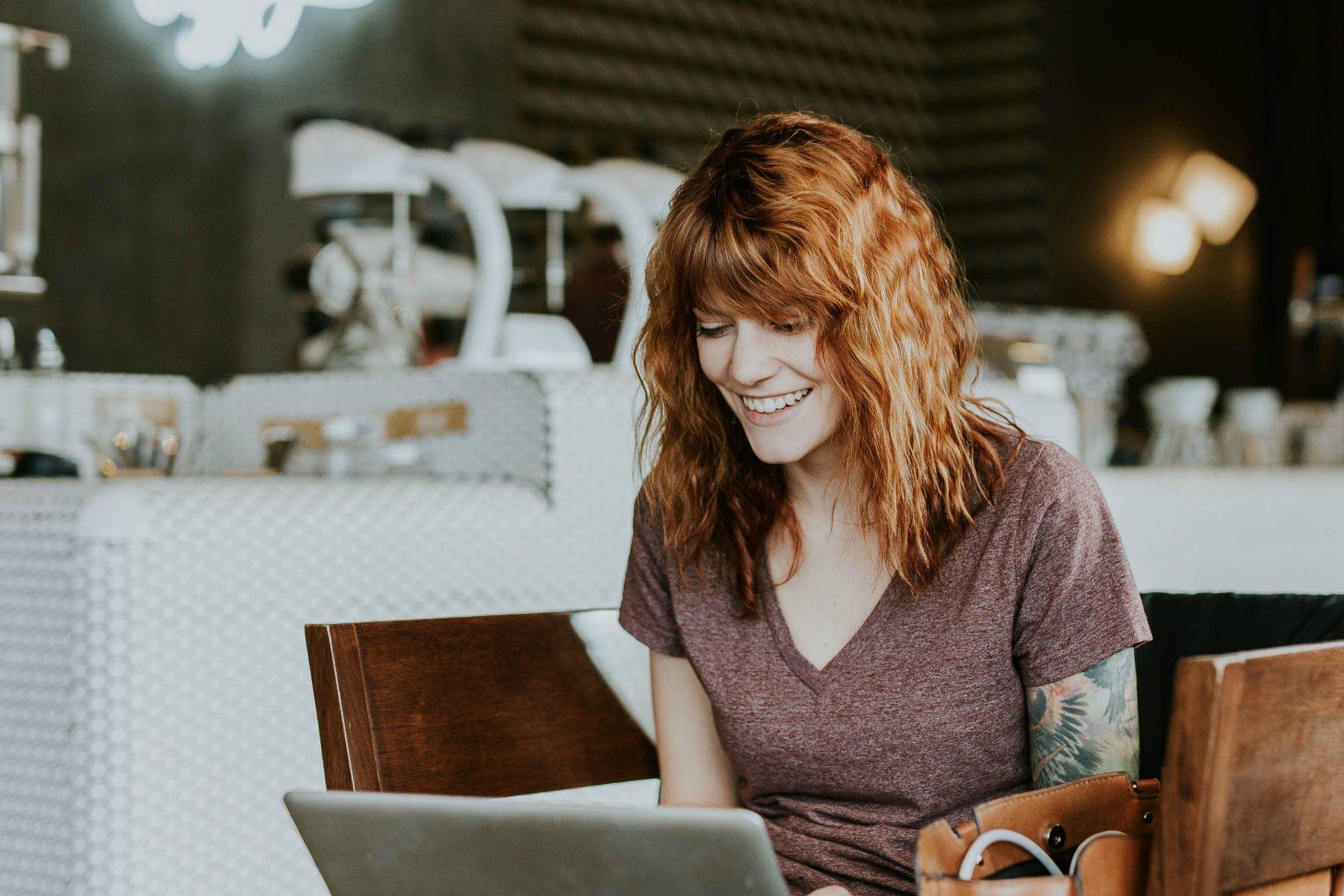 Das Foto zeigt eine junge Frau beim Arbeiten.