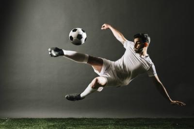 Ein Mann spielt Fussball.