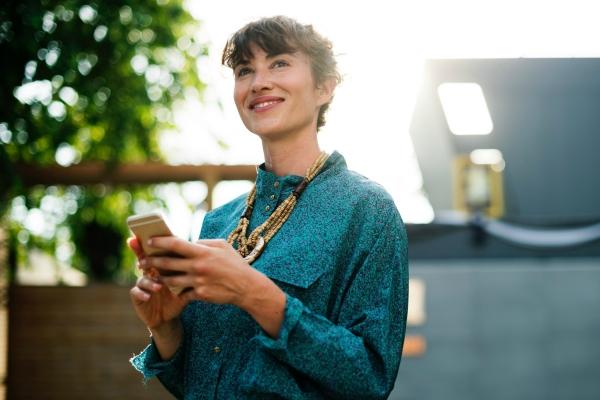 Das Bild zeigt eine Frau mit einem Smartphone