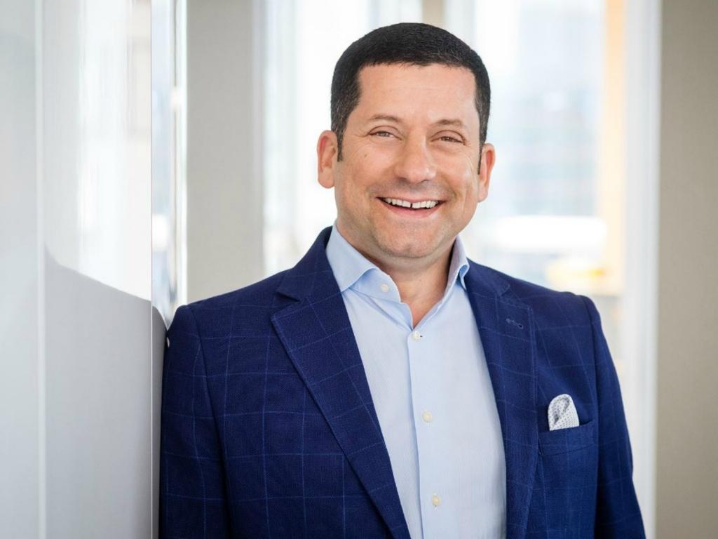 Das Foto zeigt ein Portrait von Marcel Haraszti, Vorstand bei REWE