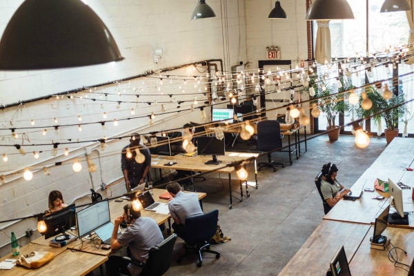 Das Bild zeigt ein modernes Büro im Open Office Stil